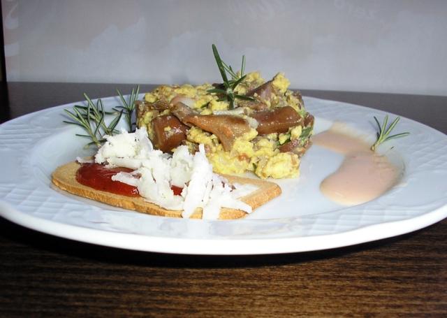 Revuelto de níscalos con gambas, acompañado de mermelada de tomate con queso de cabra.